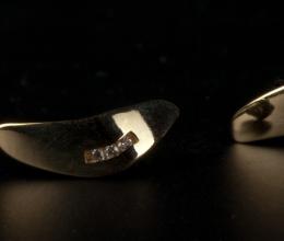 """""""Bumeráng"""" arany fülbevaló brillekkel. kb. 15mm"""
