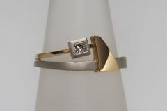 """""""Cápauszony"""" gyűrű platina és 18k arany, princessz gyémánttal"""