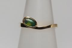 Arany gyűrű, oldalán opállal