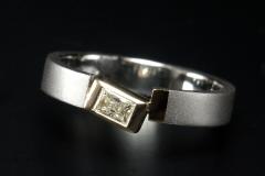 """""""Kiforduló"""" téglalap alapú gyémánt, Pt gyűrű 18k arany fogl."""