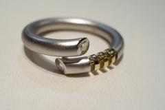 Platina kígyó gyűrű 18k arannyal, végeiben brillekkel