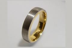 Karikagyűrű platina és belül 18k arany