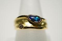 """""""Széles"""" 18k arany gyűrű opállal és brillel"""